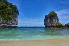 Île de Koh Hong avec le beau ciel vif photos stock