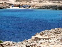 Île de Lampedusa en l'Italie et mer bleue images stock