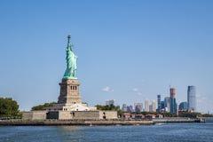 Île de liberté avec Manhattan comme bakground image stock