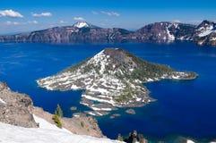 Île de magicien dans le lac crater Images libres de droits