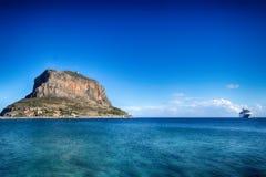 Île de Monemvasia Péloponnèse, en Grèce et bateau de croisière Photo stock