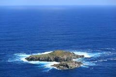 Île de Motu Nui, avec l'île plus petite de Motu Iti sur l'océan pacifique bleu vif comme vu du village d'Orongo sur l'île de Pâqu image stock