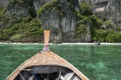 Île de moustique de Krabi Thaïlande de bateau de Longtail Photographie stock libre de droits