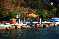 Île de Palmaria : baigner l'établissement avec les roches et la soute italiennes de couchette de drapeau photographie stock libre de droits