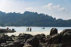 ÎLE DE PANGKOR, MALAISIE - 17 DÉCEMBRE 2017 : île appréciante de touristes espérant des activités de plage à l'île de Pangkor, Ma Images libres de droits