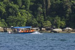 ÎLE DE PANGKOR, MALAISIE - 17 DÉCEMBRE 2017 : touriste appréciant des activités et le retour de plage de l'île espérant en le bat Images libres de droits