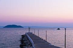 Île de pilier et de tortue à un arrière-plan, près de la ville de Neos Marmaros, Sithonia Image stock