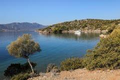 Île de Poros de baie d'amour d'heure d'été, Agrosaronikos, Grèce Image libre de droits