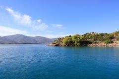 Île de Poros de baie d'amour d'heure d'été, Agrosaronikos, Grèce Photographie stock