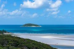 Île de récif coralien et plage tropicale au jour ensoleillé Photos stock