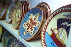 ÎLE DE RHODES, GRÈCE, LE 22 JUIN 2013 : La vue sur les plaques grecques traditionnelles classiques peintes fabriquées à la main p photographie stock libre de droits