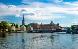 Île de Riddarholmen avec des flèches d'église de Riddarholm, Stockholm, commutateur photos stock