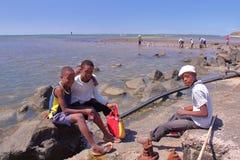 ÎLE DE RODRIGUES, ÎLES MAURICE - 13 NOVEMBRE 2012 : Pêche de poulpe avec la pose locale de trois garçons Images libres de droits