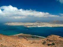 Île de Sandy avec des volcans et des montagnes dans l'Océan Atlantique Vue aérienne de pente de montagne Port et bateaux de yacht Photographie stock