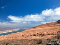 Île de Sandy avec des volcans et des montagnes dans l'Océan Atlantique Vue aérienne de pente de montagne Port et bateaux de yacht Photos stock