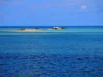 Île de Sandy en mer bleue Photos stock