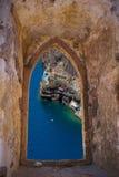 Île de Santorini par une vieille fenêtre vénitienne Photographie stock libre de droits