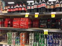 Île de soda dans une épicerie canadienne montrant l'affichage de coke photo stock