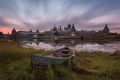 Île de Solovki, Russie Vue scénique classique du monastère de transfiguration de Solovetsky Spaso-Preobrazhensky et du grand vieu Image stock