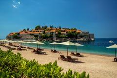 Île de Sveti Stefan dans Budva dans un beau jour d'été, Monteneg photographie stock libre de droits