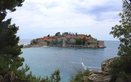 Île de Sveti Stefan, Monténégro Jour d'été ensoleillé images libres de droits