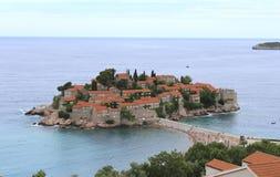 Île de Sveti Stefan, Monténégro Jour d'été ensoleillé, vue supérieure photo stock