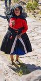 ÎLE DE TAQUILE, PUNO, PÉROU 31 MAI 2013 : Dame âgée non identifiée dans des vêtements traditionnels sur l'île de Taquile, dans le Image stock