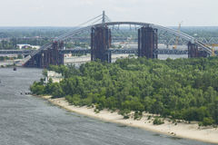 Île de Trukhanov et la voûte du nouveau pont à travers le Dniep Photo stock