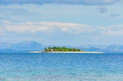 Île de vague déferlante aux Fidji image stock