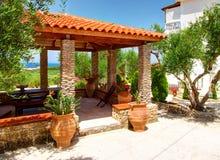 ÎLE DE ZAKYNTHOS, GRÈCE, LE 30 MAI 2016 : Belle vue sur le pavillon d'été pour le repos et le barbecue de BBQ à côté de la villa  Photographie stock