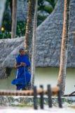ÎLE DE ZANZIBAR, TANZANIE - VERS EN JANVIER 2015 : Homme de Maasai, vêtements de traditrional photographie stock