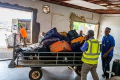 ÎLE DE ZANZIBAR, TANZANIE - VERS EN JANVIER 2015 : Retrait des bagages à l'aéroport de Zanzibar Photos stock