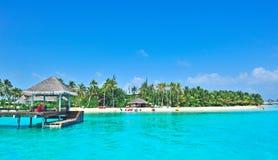 Île des Maldives avec la mer bleue Photographie stock libre de droits