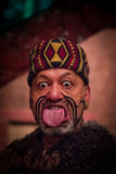 ÎLE DU NORD, LA NOUVELLE ZÉLANDE 17 MAI 2017 : Fermez-vous d'un homme maori collant la langue avec le visage traditionnellement t Photo libre de droits
