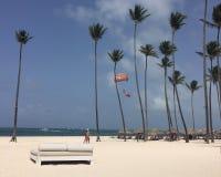 Île du sable blanc, de l'eau bleue, du parachute ascensionnel et de la tranquilité Photos stock