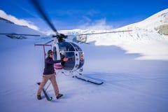 ÎLE DU SUD, LA NOUVELLE ZÉLANDE 24 MAI 2017 : Fermez-vous de l'hélicoptère et de l'attente pilote au-dessus de la neige des chass Image libre de droits