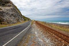 ÎLE DU SUD, NOUVELLE-ZÉLANDE - 12 FÉVRIER : Route et chemin de fer vides Images stock
