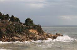 Île en Mer Adriatique, tempête (Monténégro, hiver) Photographie stock libre de droits