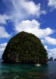 île en mer avec le ciel bleu photographie stock libre de droits