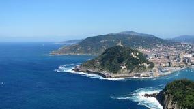 Île en mer dans le port de San Sebastian Photographie stock libre de droits