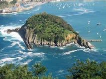 Île en mer dans le port de San Sebastian Image stock