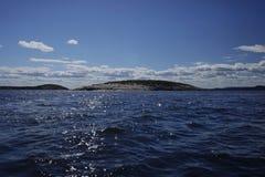 Île en pierre et couverte en mer Photographie stock libre de droits