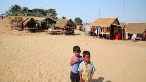 ÎLE EN SOIE, CAMBODGE - MARS 2014 : pose locale d'enfants banque de vidéos