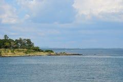 Île et ciel bleu Images libres de droits