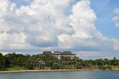 Île et ciel bleu image stock