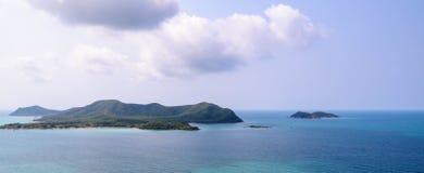 Île et mer avec le nuage Photographie stock