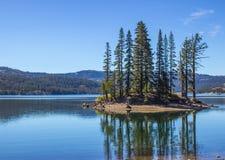 Île et réflexion dans le lac mountain Images libres de droits