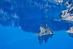 Île fantôme de bateau, lac crater, Orégon, Etats-Unis Images libres de droits