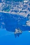 Île fantôme de bateau, lac crater, Orégon, Etats-Unis Photographie stock