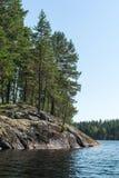 Île, forêt et réflexion dans les eaux calmes du lac Photo libre de droits